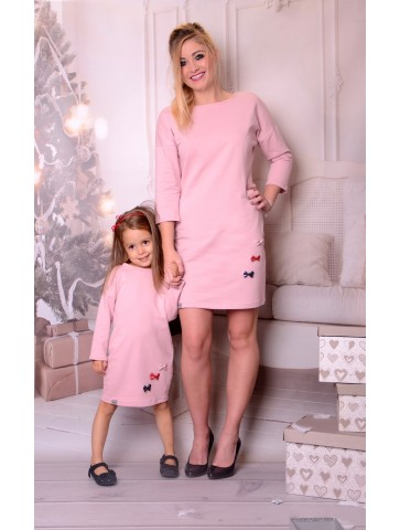 Świąteczne różowe sukienki z kokardkami dla mamy i córki