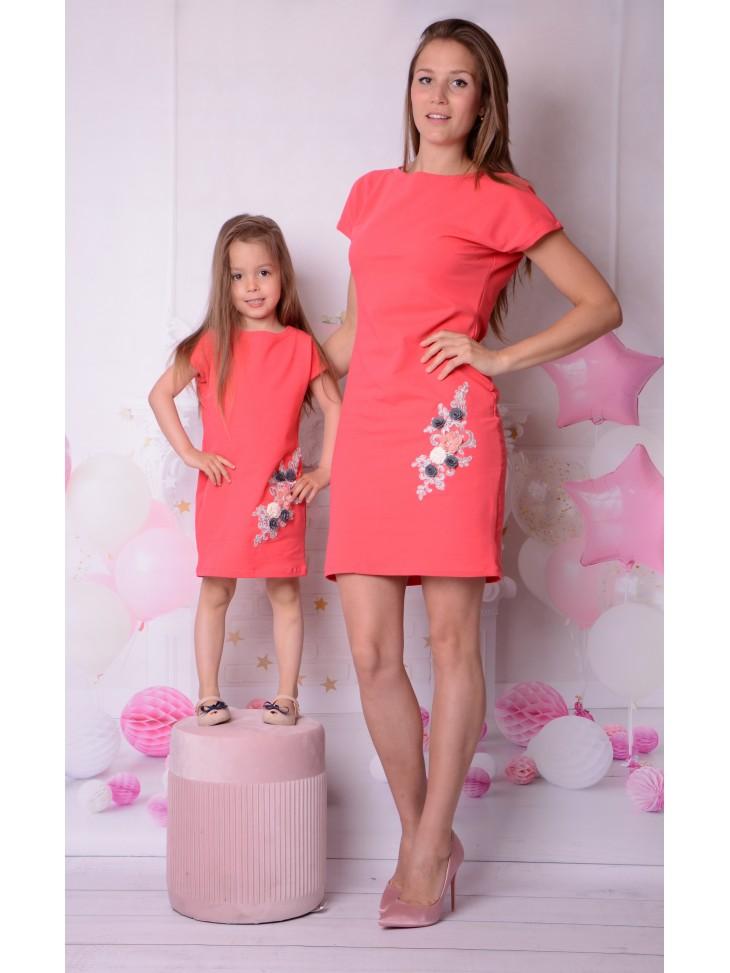 Koralowe sukienki z haftem dla mamy i córki