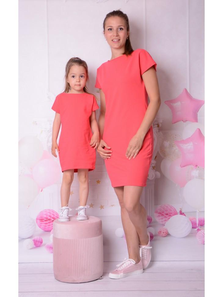 Koralowe sukienki z krzyżykiem z tyłu dla mamy i córki